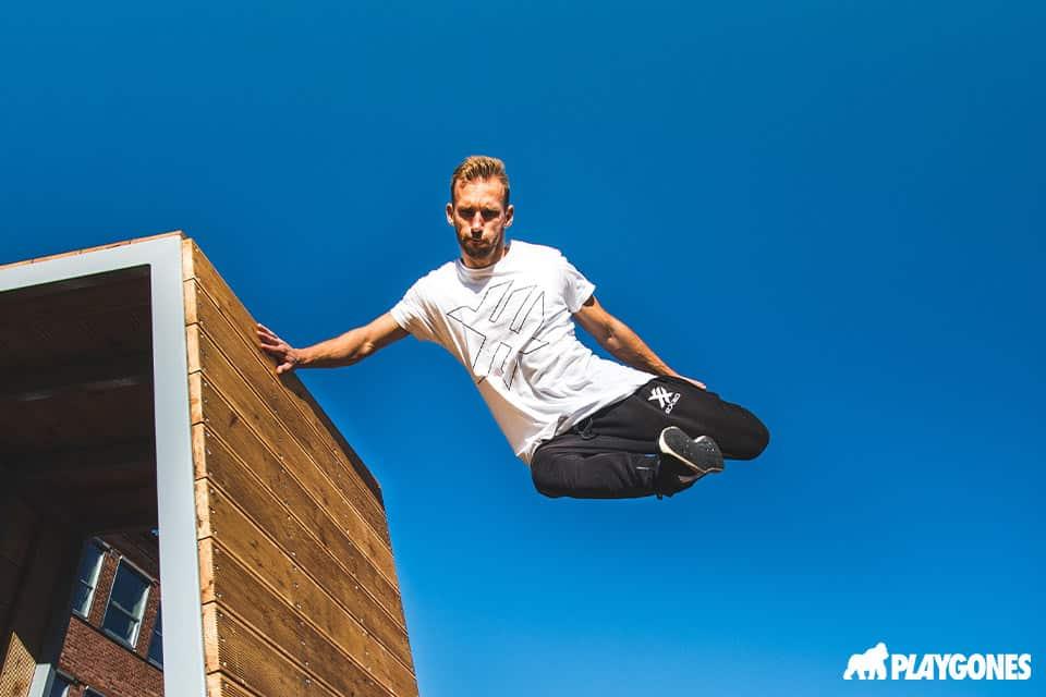 Figure freestyle par un gymnaste sur un mur