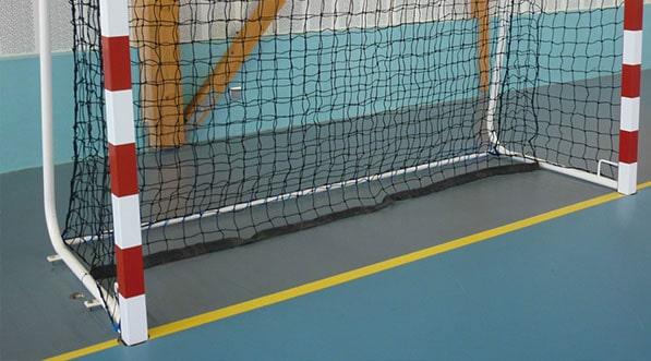but de handball sceller dans un gymnase