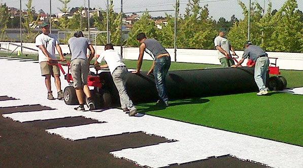 Nos equipes sont speclialisées dans la pose de rouleaux de gazon pour terrains de sports