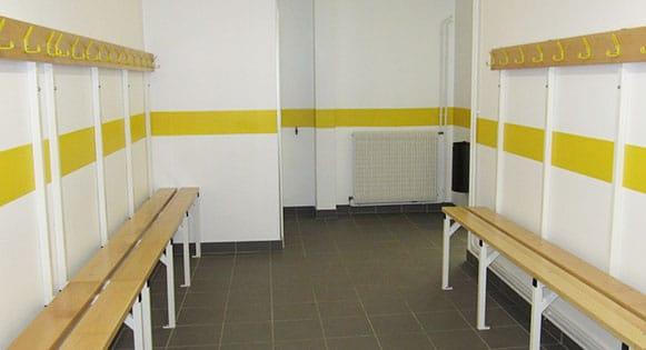 mise en place d'un vestiaire , bancs muraux avec paternes