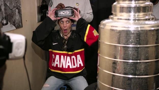 La réaction d'un fan de NHL, lors de l'expérience de réalité virtuelle face à la Stanley Cup