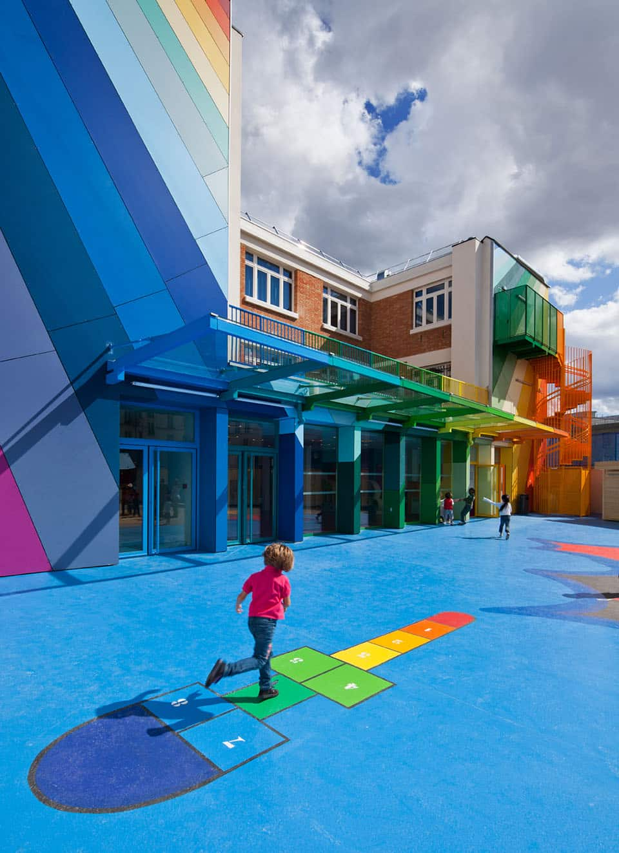 Marelle arce en ciel, multicolores dans la cours de récré de l 'école