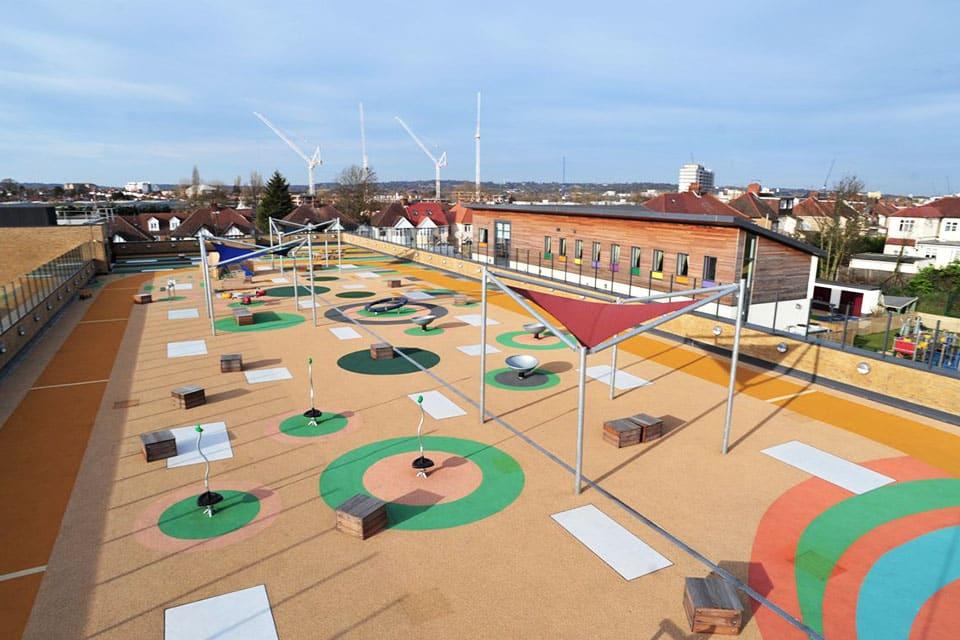 Une aire de jeux inclusive sur le toit d'une école spécialisé dans l'handicap à Londres