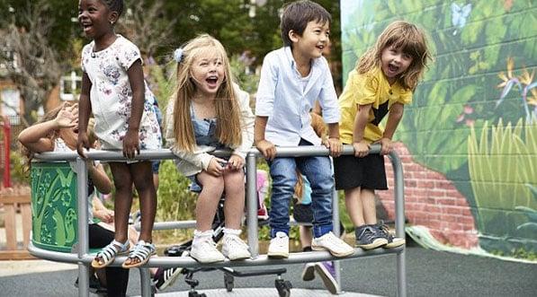 enfants sur un tourniquet inclusif