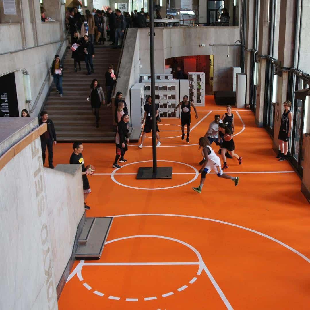 Oeuvre artistique ludico-sportive - Un terrain de basket au coeur du Plais de Tokyo par Benedetto Bufalino