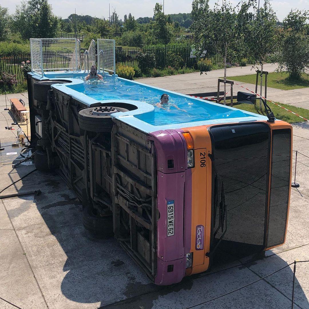 Oeuvre artistique ludico-sportive - Un bus piscine par Benedetto Bufalino