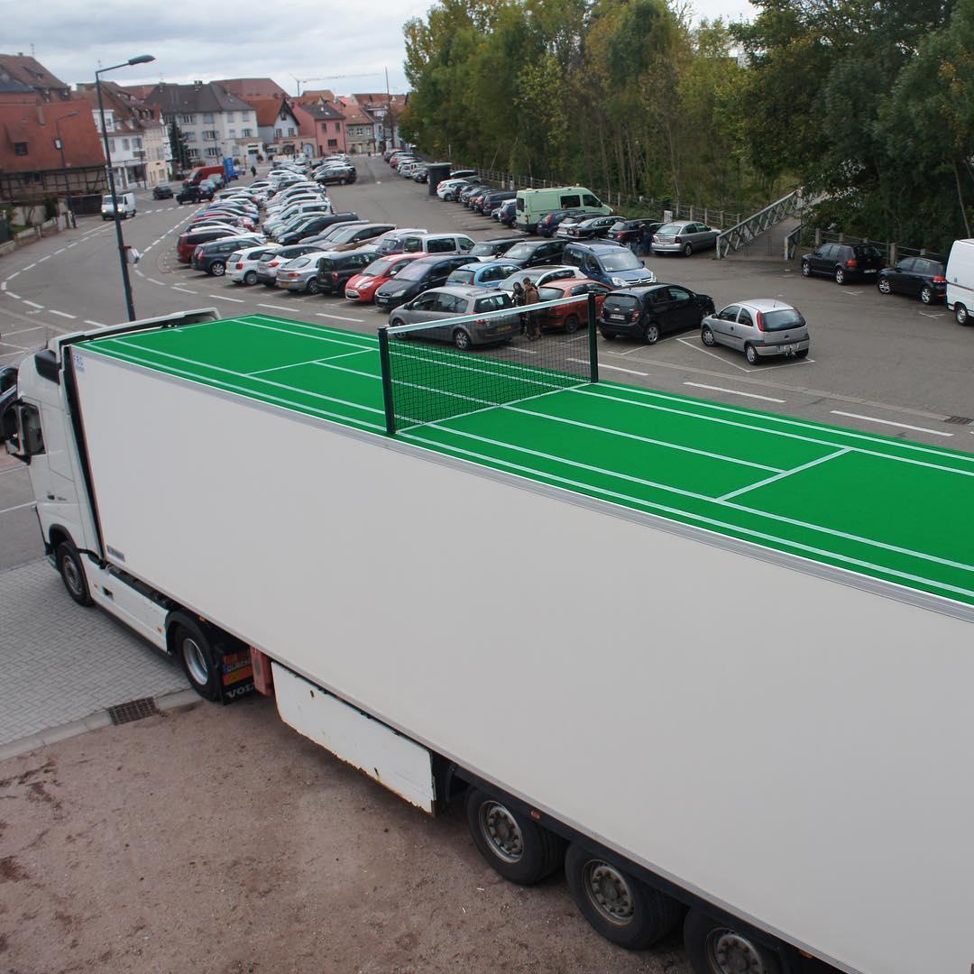 Oeuvre artistique ludico-sportive - Un truck court tennis par Benedetto Bufalino