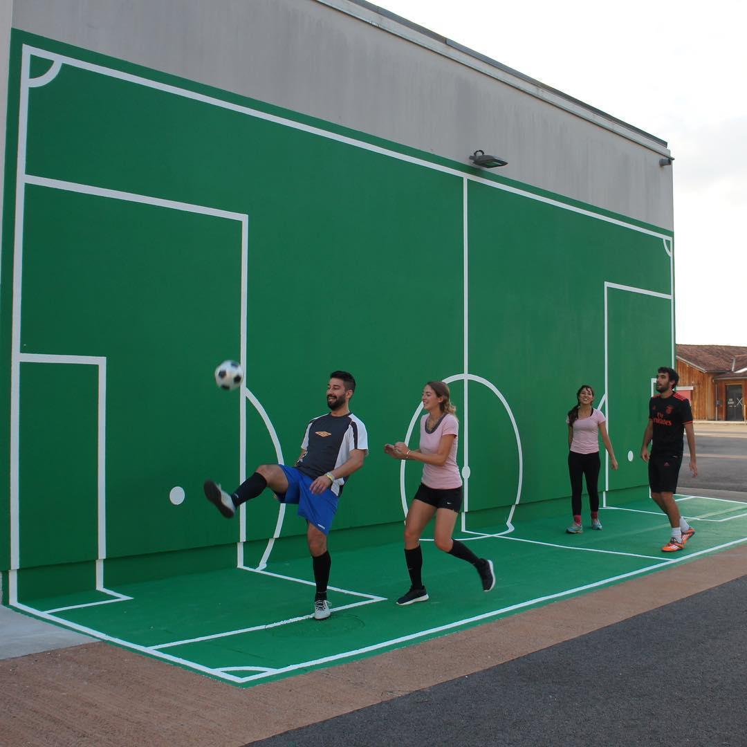 Oeuvre artistique ludico-sporitve - Terrain de de foot vertical par Benedetto Bufalino