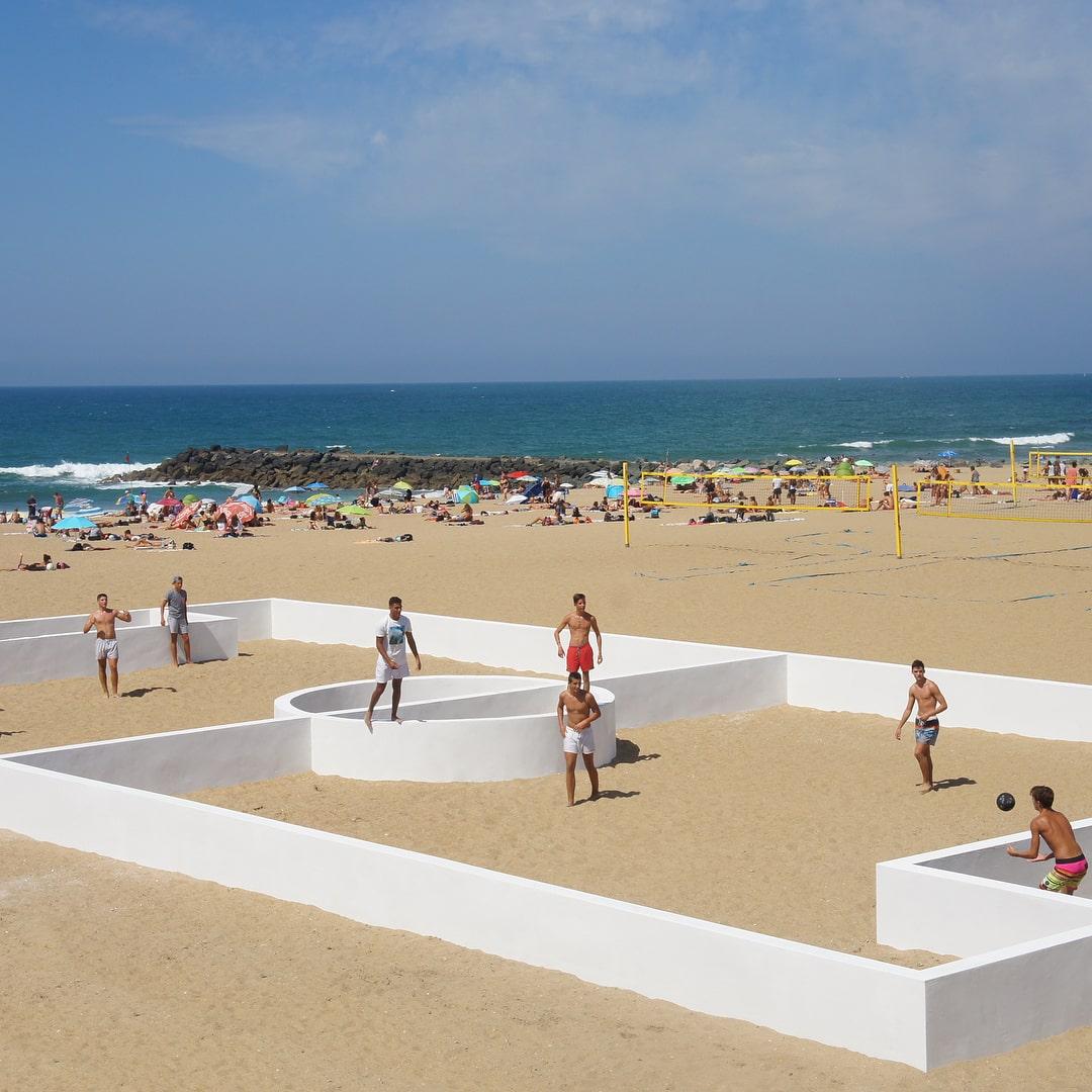 Un terrain de sport atypique sur la plage d'Anglet par Benedetto Bufalino